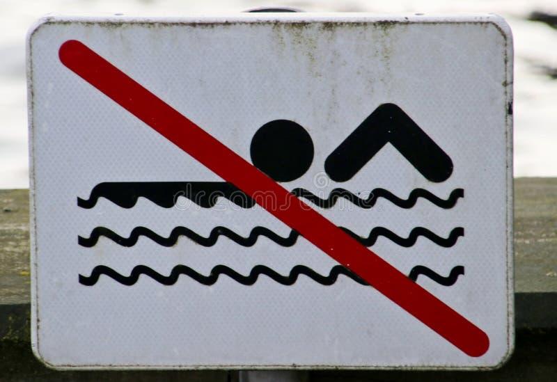 firme a lo largo del río Gouwe en waddinxveen que no es el nadar aquí fotos de archivo