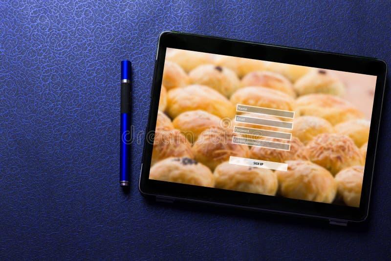 Firme para arriba el concepto de la protección del inicio de sesión de la contraseña del username en la pantalla de la tableta co fotos de archivo libres de regalías