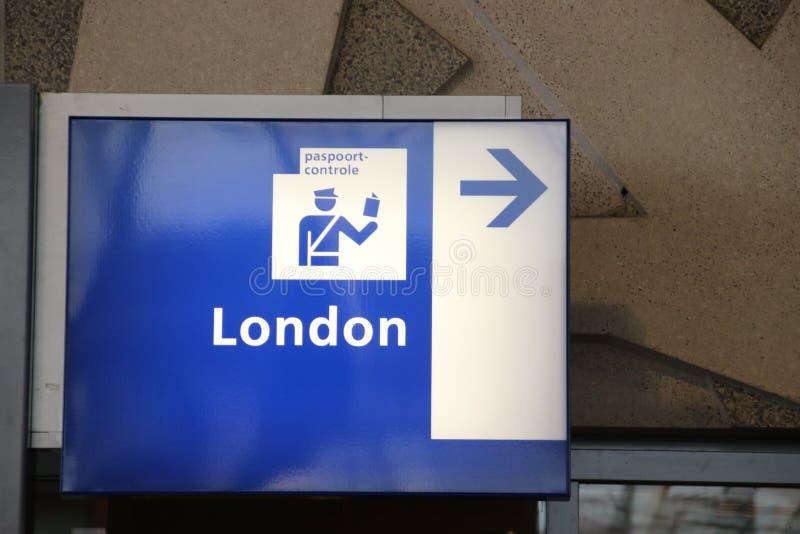 Firme para el control de pasaportes para los viajeros de Eurostar a Londres de la estación de la central de Rotterdam foto de archivo