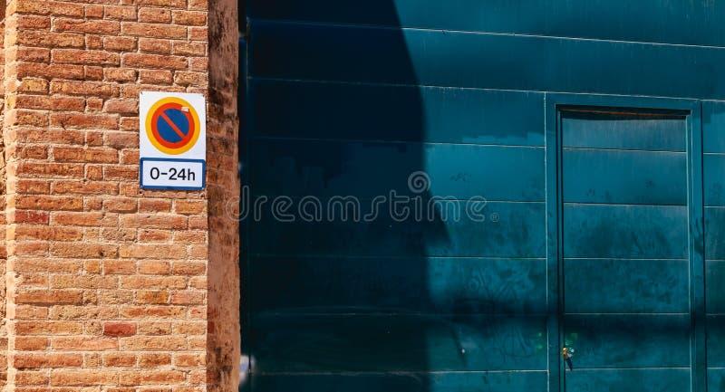 Firme prohibir parquear a partir de la 0 a 24h en una puerta del garaje imagen de archivo libre de regalías