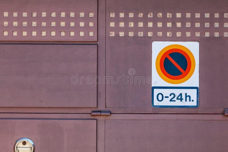 Firme prohibir parquear a partir de la 0 a 24h en una puerta del garaje fotos de archivo libres de regalías