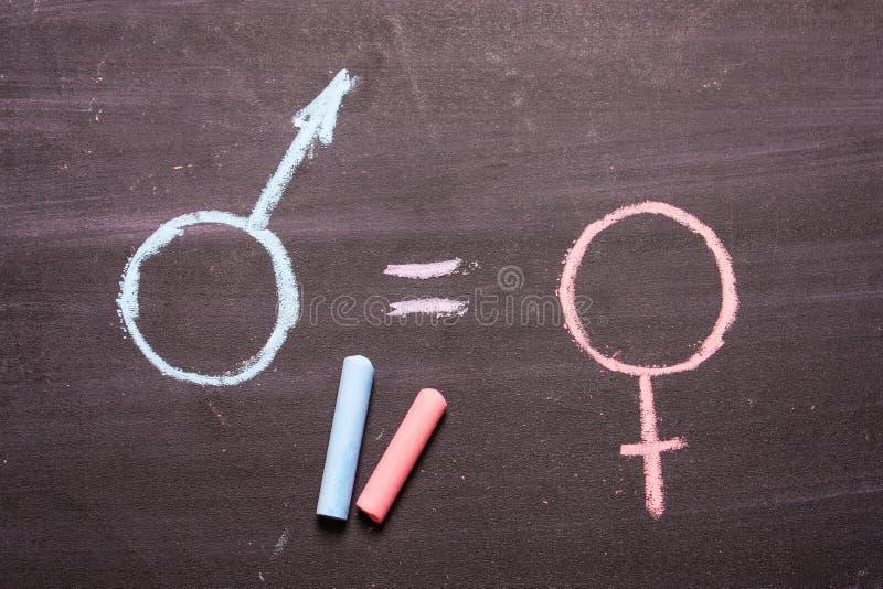 Firme, un símbolo de un hombre y una mujer El concepto de igualdad foto de archivo