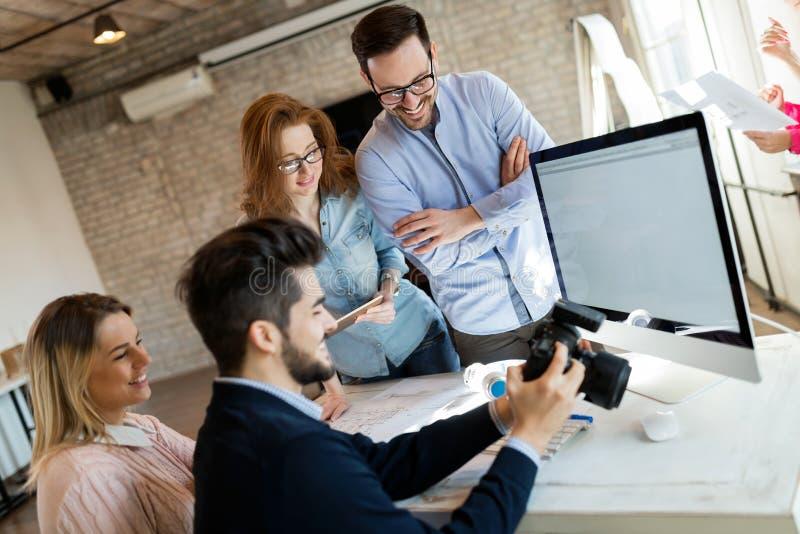 Firmenbildeditor und -photograph, die zusammenarbeiten lizenzfreie stockbilder