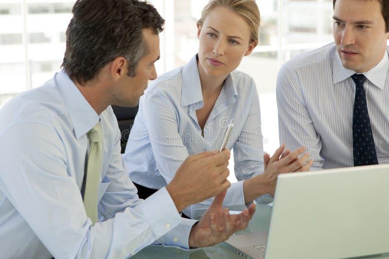 Firmenkundengeschäftteamwork - Geschäftsmänner und Frau, die an Laptop arbeiten lizenzfreies stockbild