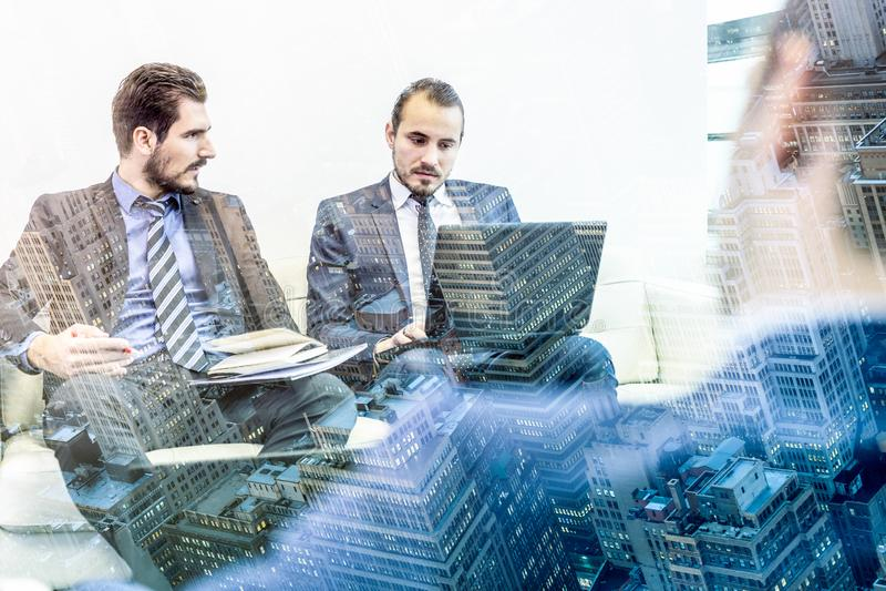 Firmenkundengesch?ftteam und -manager beim Gesch?ftstreffen lizenzfreie stockfotografie