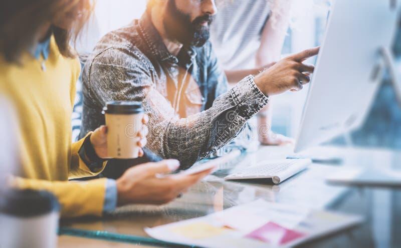 Firmenneugründungskonzept Mitarbeiter Teamworking-Prozess Bärtiger Hippie, der Handschirm-Computer zeigt Junge Frauen-Anwendung lizenzfreie stockbilder