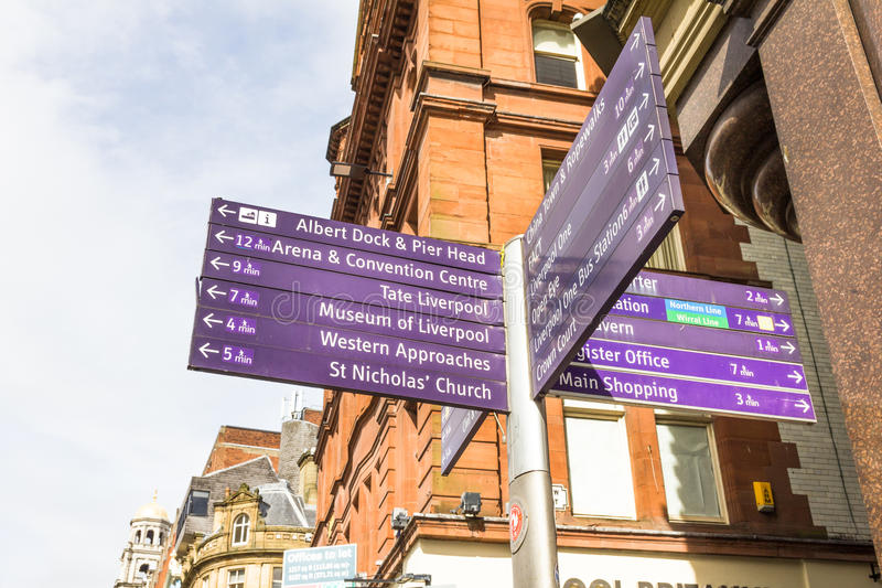 Firmi con le direzioni delle attrazioni principali della città, Liverpool, Regno Unito immagine stock libera da diritti