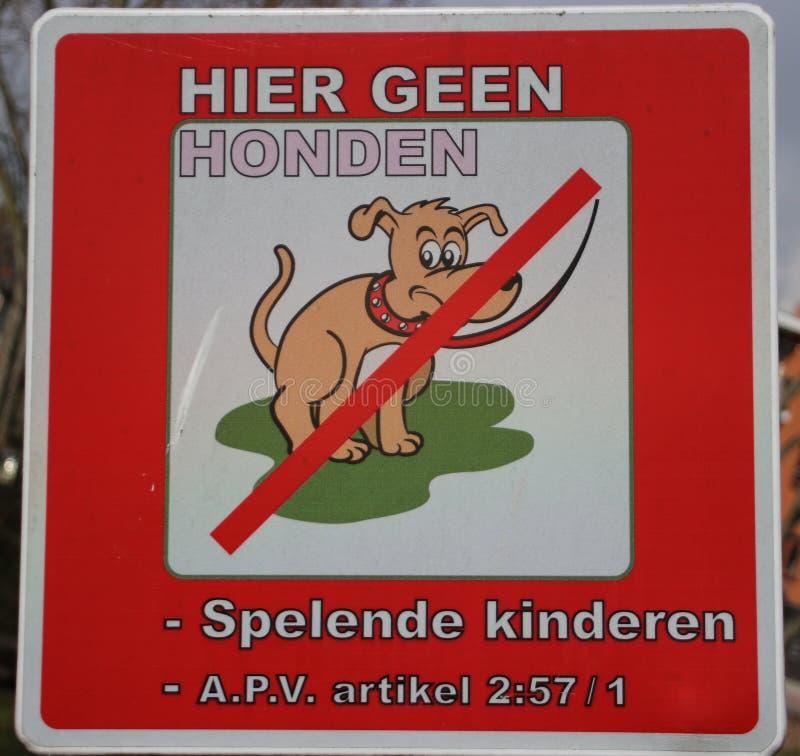 Firmi dentro il campo da giuoco in olandese che non segna cani permessi, giocando il 'chi' immagine stock libera da diritti