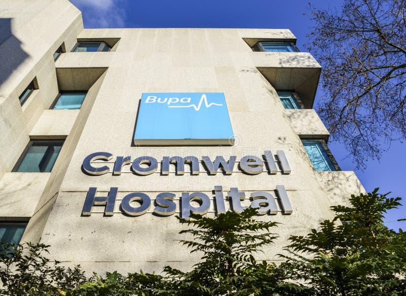 Firmi fuori dell'ospedale privato di Bupa Cromwell sulla strada di Cromwell, Londra, Inghilterra, Regno Unito, il postcorde SW5 fotografie stock libere da diritti