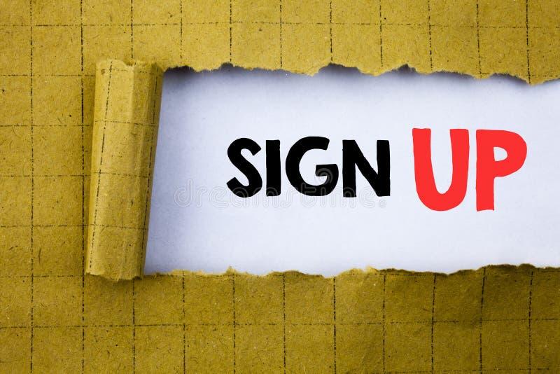 Firmi su Il concetto di affari per la registrazione del registro del membro scritta su Libro Bianco sul giallo ha piegato la cart fotografia stock libera da diritti