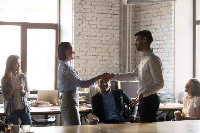 Firmy ceo handshaking z pracownik kobiety ekspresowym uwzgl?dnieniem i wdzi?czno?ci? zdjęcie stock