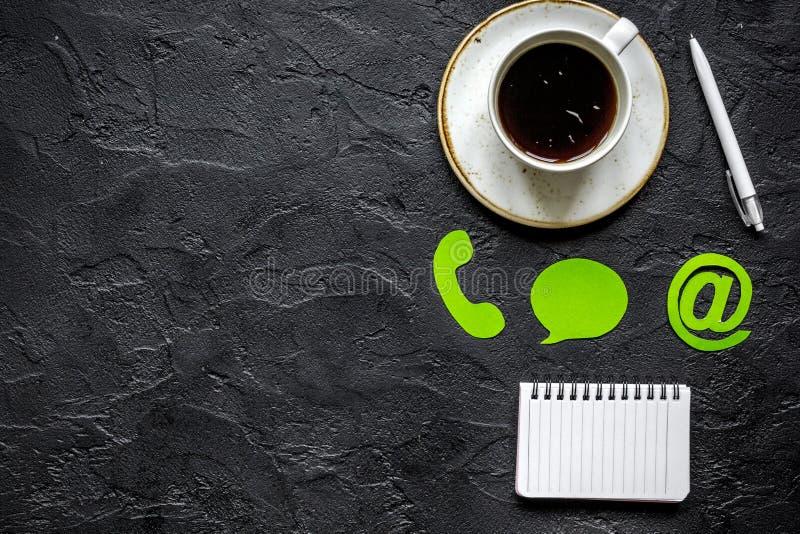 Firmy karmy z powrotem pojęcie z kawowym i klawiaturowym ciemnym tło odgórnego widoku mockup obrazy stock