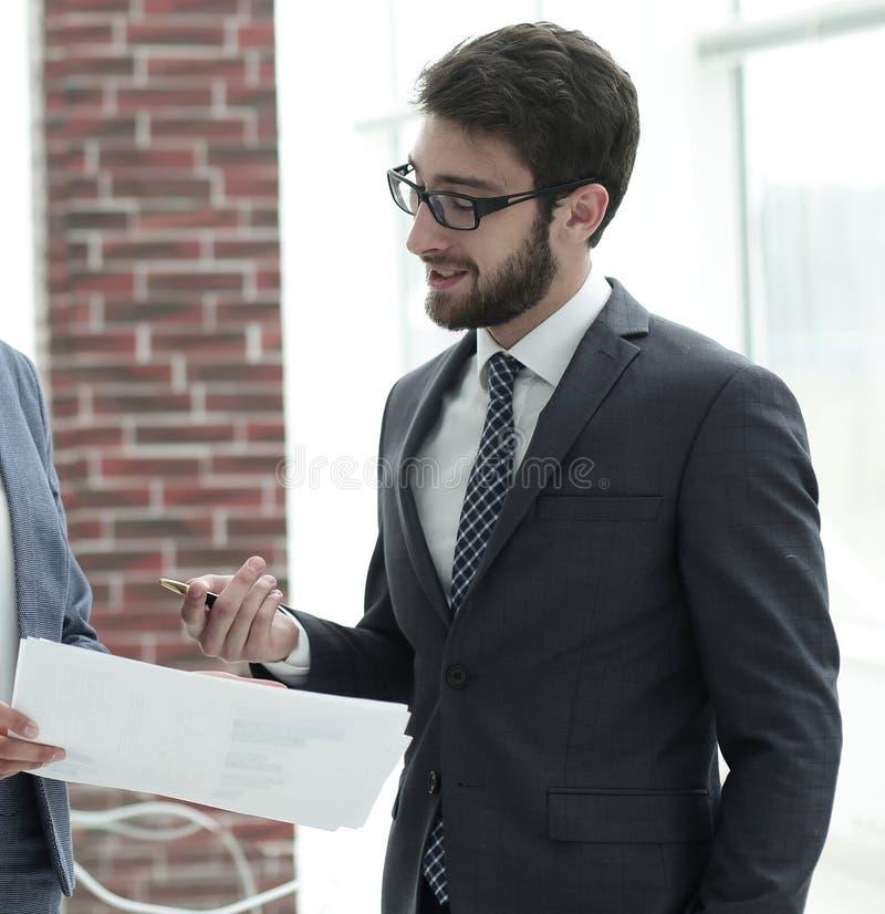 Firmy ` s pracownicy dyskutować biznesowe sprawy obraz stock