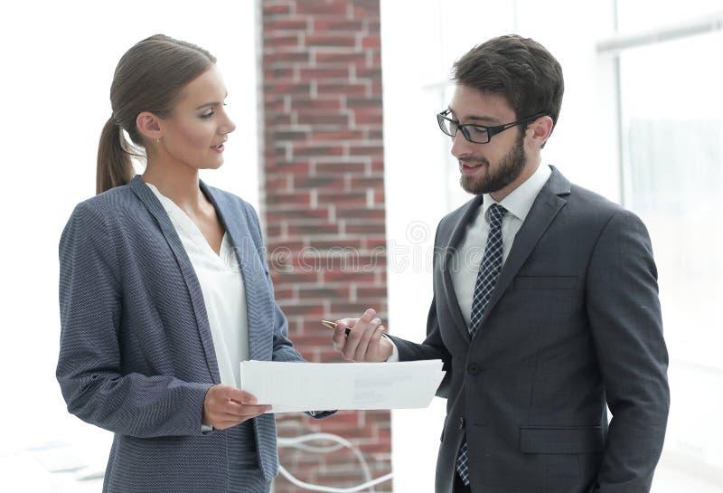 Firmy ` s pracownicy dyskutować biznesowe sprawy zdjęcie stock
