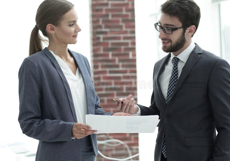 Firmy ` s pracownicy dyskutować biznesowe sprawy obraz royalty free