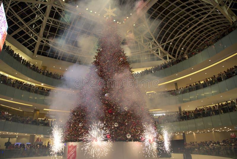 Firworks en Galleria magnífico de la hazaña de la celebración de la iluminación del árbol imagenes de archivo