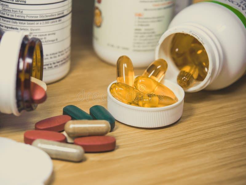 Fischöl u. Vitamin, Gruppe Fischöl, Lachsöl, Ergänzungen, heilen stockfotografie