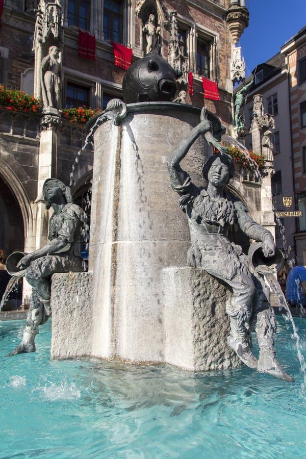 Fischbrunnen-Brunnen vor neuen Rathaus von München an stockbilder