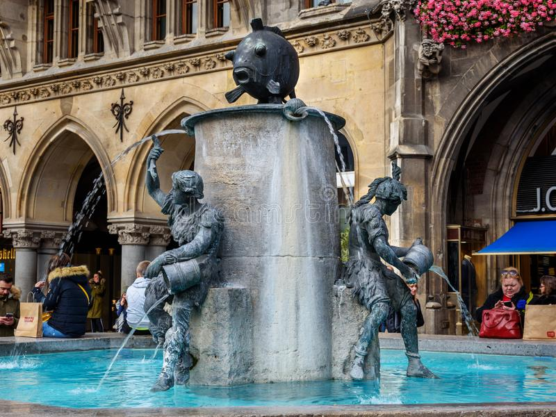 Fischbrunnen fontanna w Marienplatz w Monachium Niemcy zdjęcie royalty free