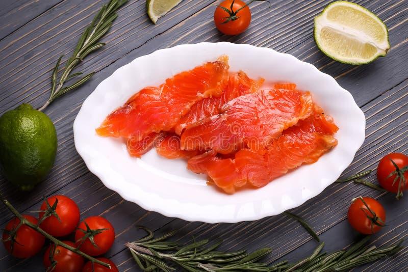 Fische auf dem Tisch geschnitten für Mahlzeiten Köstliches Meeresfrüchteabendessen Tr lizenzfreie stockfotos