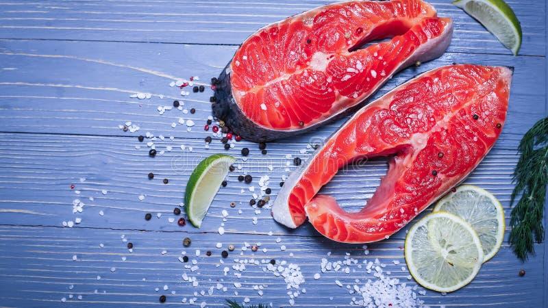 Fische auf dem Tisch geschnitten für Mahlzeiten Köstliches Meeresfrüchteabendessen Tr stockfotos