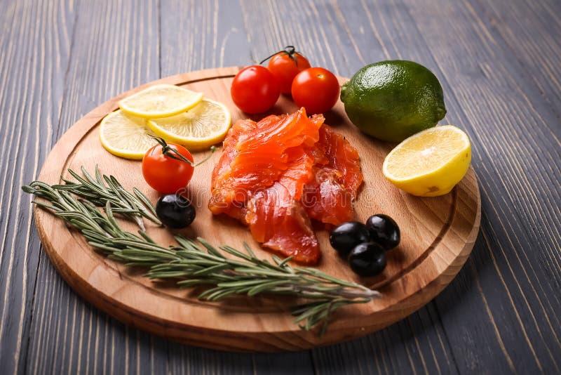 Fische auf dem Tisch geschnitten für Mahlzeiten Köstliches Meeresfrüchteabendessen Tr lizenzfreies stockbild