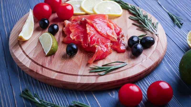 Fische auf dem Tisch geschnitten für Mahlzeiten Köstliches Meeresfrüchteabendessen Tr stockfoto