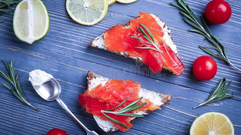 Fische auf dem Tisch geschnitten für Mahlzeiten Köstliches Meeresfrüchteabendessen Tr lizenzfreies stockfoto