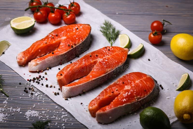 Fische auf dem Tisch geschnitten für Mahlzeiten Köstliches Meeresfrüchteabendessen Tr lizenzfreie stockbilder