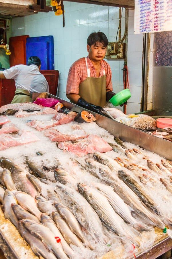 Fische auf Fischhändler klemmen fest lizenzfreies stockfoto