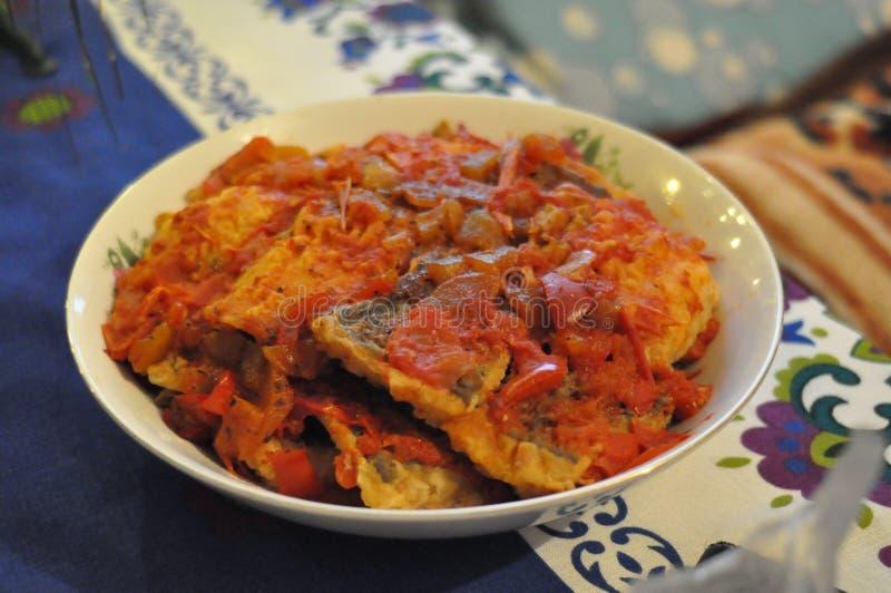 Fische in den Tomaten und im Pfeffer lizenzfreie stockfotos