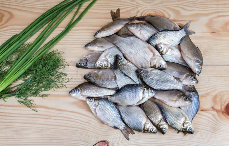 Fische gehakt im Fluss auf einer Tischplatte lizenzfreie stockfotos