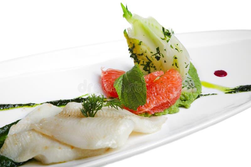 Fische mit Gemüse lizenzfreie stockfotografie