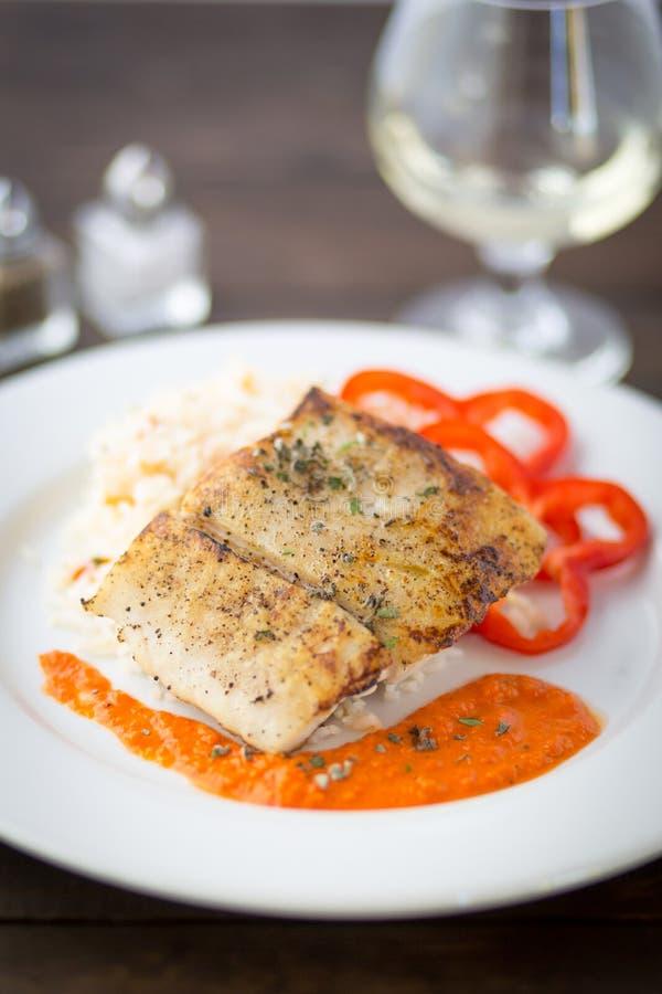 Fische mit orange Soße lizenzfreie stockbilder