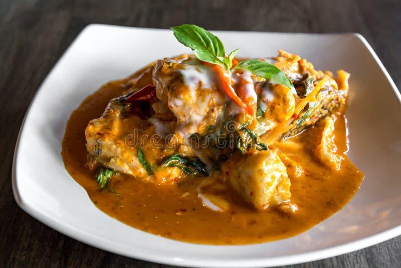 Fische mit roter Curry-Paste stockfotos