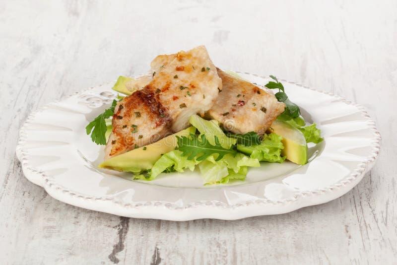 Fische mit Salat. lizenzfreie stockbilder