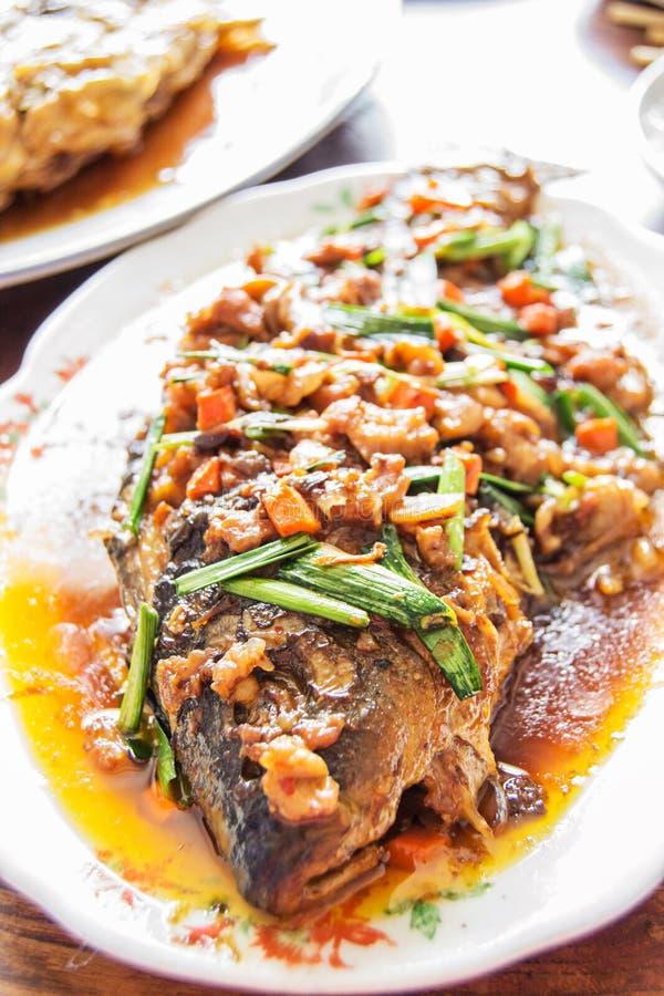 Fische in Paprika sause stockfotos
