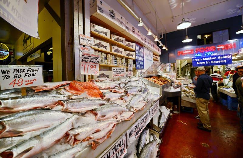 Fische am Pike-Platz-Markt in Seattle, Washington lizenzfreies stockbild