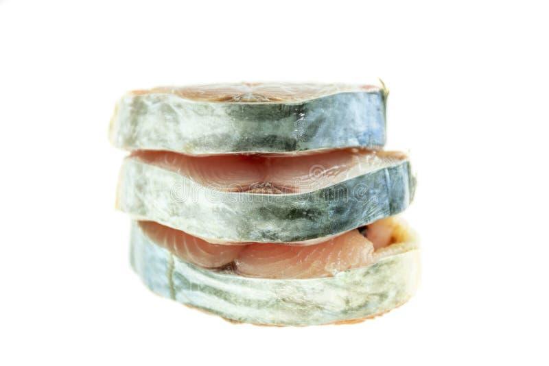 Fische Scomberomorusstücke lokalisiert auf weißem Hintergrund lizenzfreies stockfoto