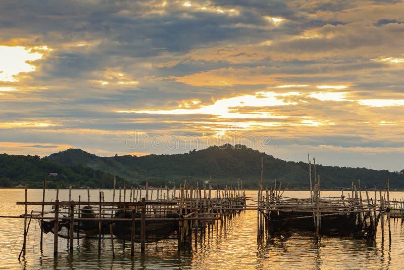 Fische sperren am Songkhla See am Abend ein; Sonkhla-Provinz, Thailand lizenzfreies stockfoto