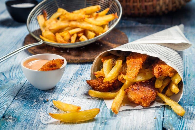 Fische u. Chips gedient in der Zeitung lizenzfreie stockfotos