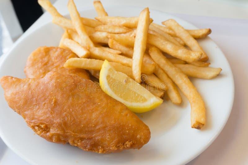 Fische und Chips auf Plättchen stockbilder