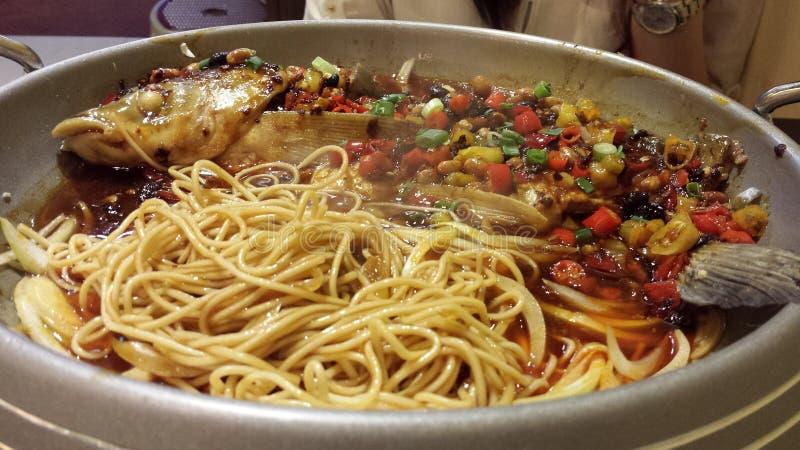 Fische und Nudeln mit würziger Soße lizenzfreies stockbild