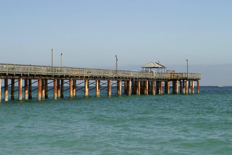 Fischen-Pier auf sonnigem Insel-Strand lizenzfreie stockbilder