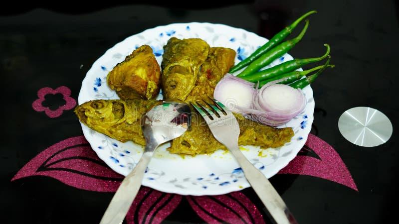 fischen Sie Curry, Zwiebel, Paprika auf einer Platte stockfotografie