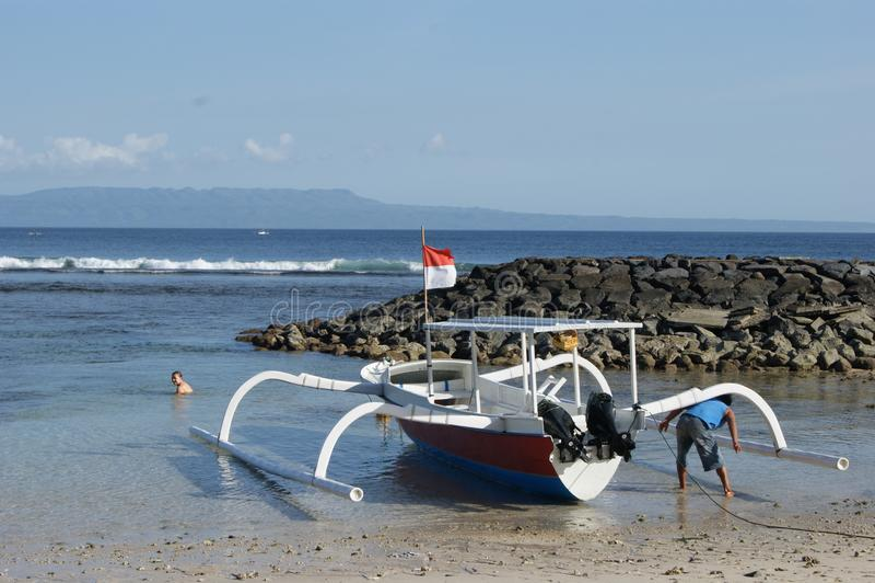 Fischen-Trimaran in Bali, Indonesien lizenzfreies stockbild