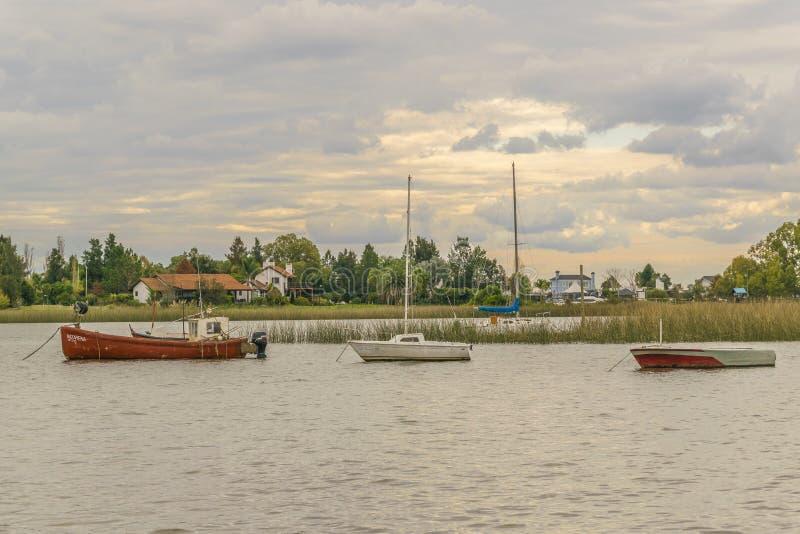 Fischen und Segelboote bei Santa Lucia River in Montevideo stockfoto
