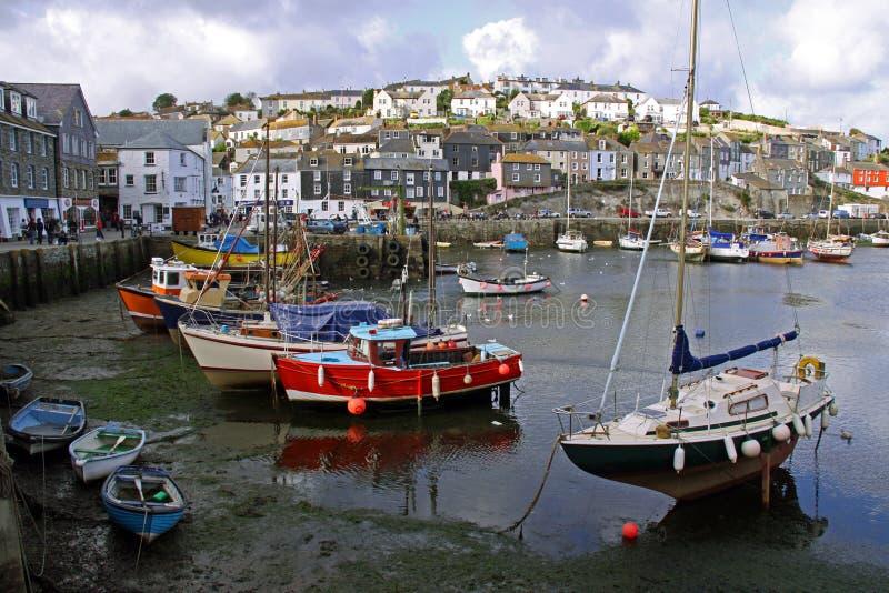 Fischen- und Segelnboote verankerten in einer Bucht lizenzfreie stockfotos