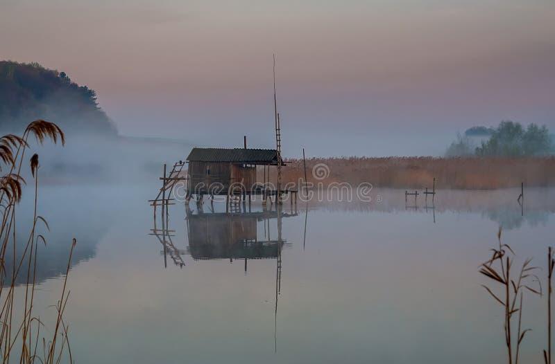 Fischenhaus auf dem Nebel des Wassers morgens stockfoto