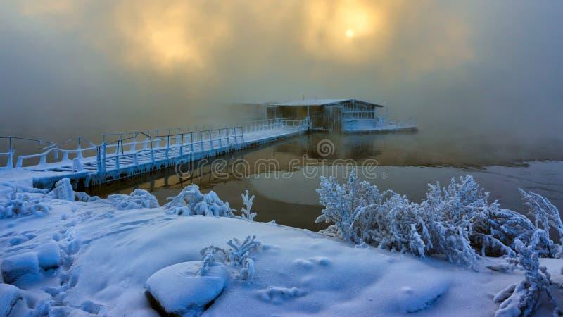 Fischenhaus auf dem Wasser im Nebel stockfotografie